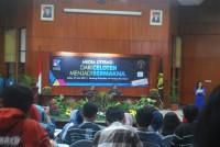 Bp. Arif Prajitno dan mas Budiman  dari Kompas saling memberikan sambutan dalam Kompas Saba Kampus (KSK) UB 2015